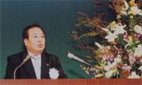 開会のあいさつをする 道村 昌樹 保証教育研修委員長