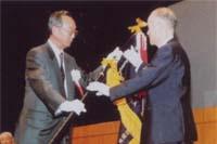 大会旗を返納する 池田 大分県本部長