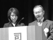 総合司会の笠原 美吉 教育研修委員と奥山アナ