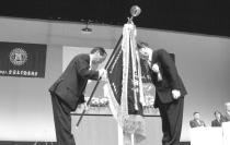 大会旗を手渡す若月 重良 山形県本部長