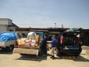 福岡県大牟田市で総本部災害対策本部役・職員と合流し、青年部田中委員長が調達した物資をトラックに積替作業①