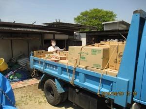 合流場所で、島原半島で調達した物資の確認作業