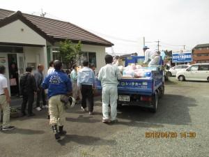 熊本県大津町㈱あゆみ不動産で熊本県本部役員の皆さんと合流し、同事務所に届いた物資の積込作業①