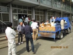 熊本県大津町の支援物資受入場所で搬入作業①