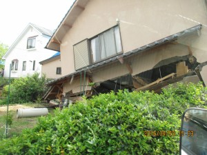 熊本県西原村での倒壊家屋