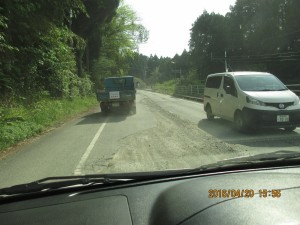 道路損傷個所に自衛隊員の皆さんが応急処置を行い、通行可能となった道路