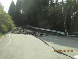 これより先は損傷が激しく、通行止めとなった道路