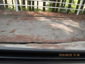 歩道と車道に亀裂が入り段差が生じる
