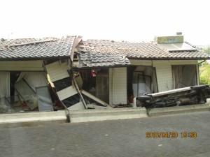 倒壊家屋と自動車の横転